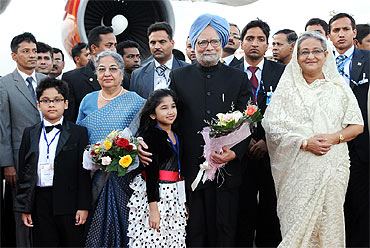 Prime Minister Manmohan Singh with Prime Minister of Bangladesh Sheikh Hasina before his departure