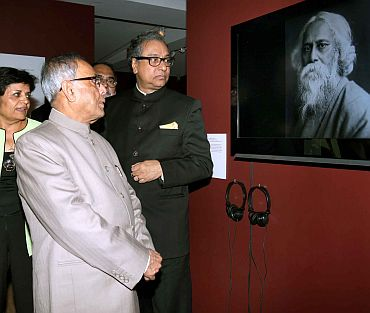 Union Finance Minister Pranab Mukherjee visiting an exhibition to commemoration of 150th birth anniversary of Rabindranath Tagore, in New York.