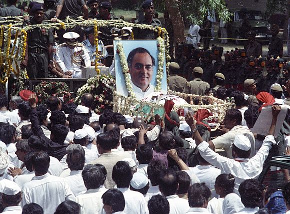 Supporters of Rajiv Gandhi follow his coffin during the funeral procession in New Delhi on May 24, 199