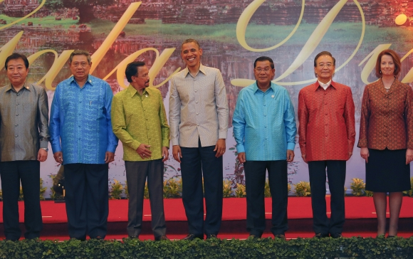 Obama, Dr Singh go traditional in Cambodia