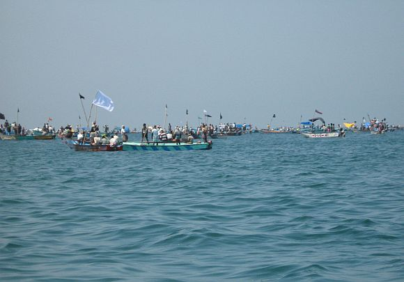 Fishermen lay siege to Kudankulam nuclear plant