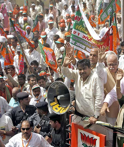 Gadkari, Advani and other BJP leaders lead a protest against the inflation in food prices.