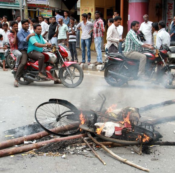 Anti-Telangana activists burn tyres and cycles in Tirupathi