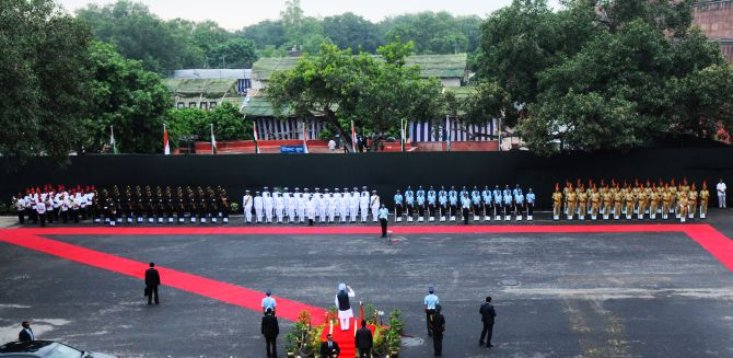 Prime Minister Manmohan Singh receiving the Guard of Honour from the saluting dias at Red Fort