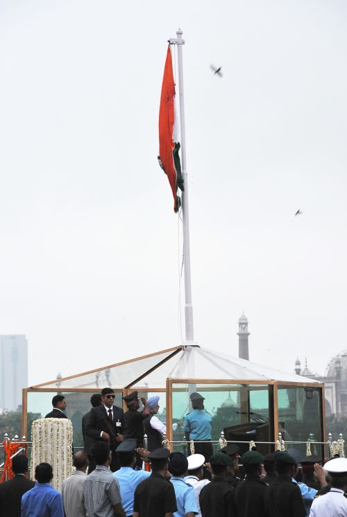 Prime Minister Manmohan Singh unfurling the Tricolour flag at the ramparts of Red Fort.