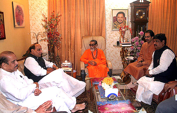 Bal Thackeray, Manohar Joshi and Uddhav Thackeray meet with senior BJP leaders Rajnath Singh and Gopinath Munde.