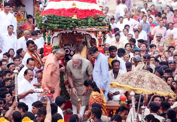 Modi performs a pahind vidhi ceremony at the yatra