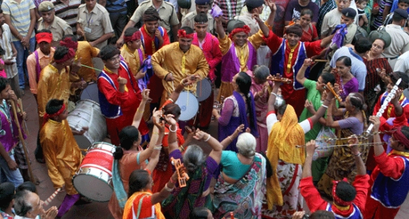 Women dance during the yatra
