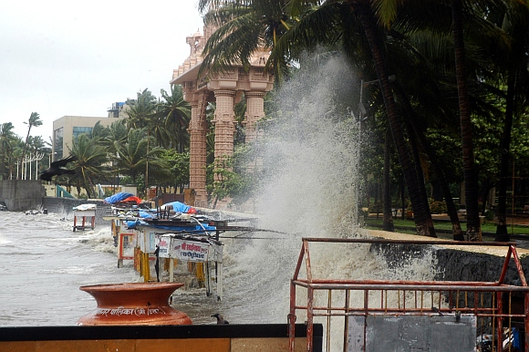 The waves at high tide at Dadar chowpatty
