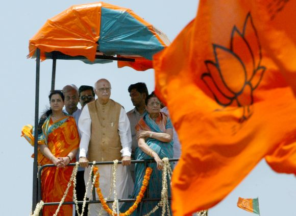 Advani with his family campaigning in Kanyakumari in 2004