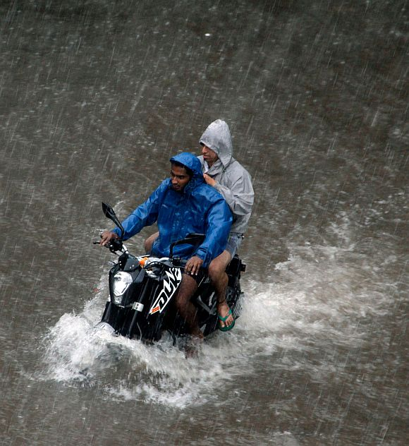 Which place in India receives the highest annual rainfall?