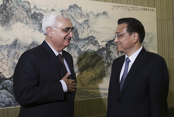 Chinese Premier Li Keqiang speaks to Foreign Minister Salman Khurshid during a meeting at the Zhongnanhai Leadership Compound in Beijing