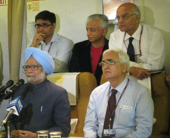 Prime Minister Manmohan Singh on board Air India One with External Affairs Minister Salman Khurshid, National Security Advisor Shivshankar Menon, Adviser to the PM TKA Nair and PM's Private Secretary Vikram Misri