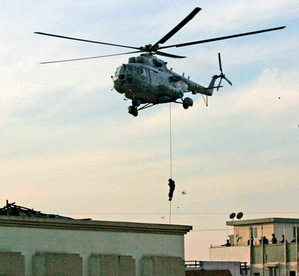 A commando is lowered down to Chabad House, November 28, 2008.