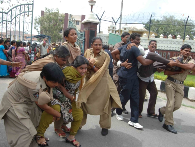 Police crackdown on anti-Telangana supporters