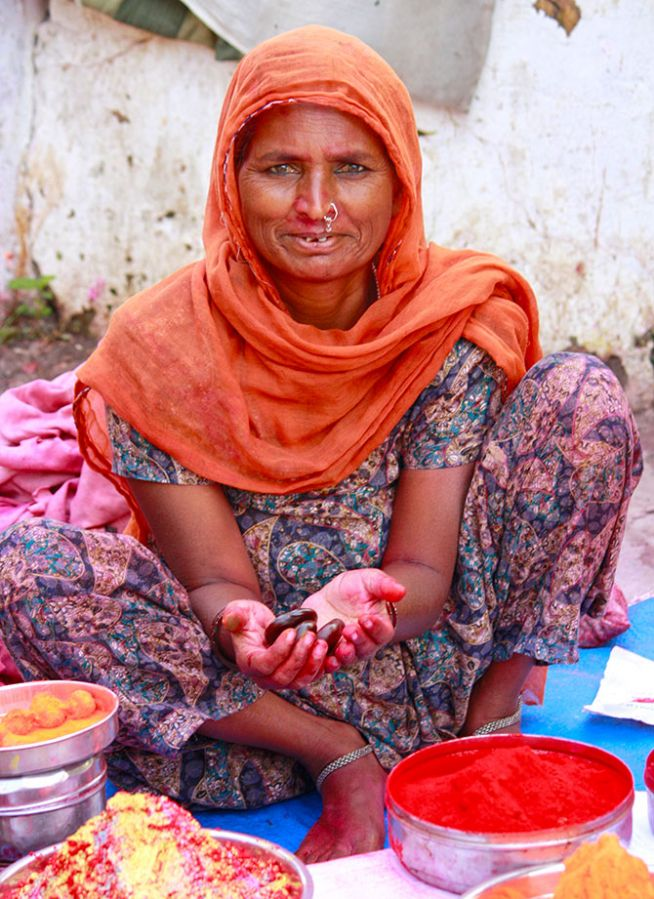 Chand Bibi from Barabanki, comes to Sangam to fend for her 6 children for a few months a year