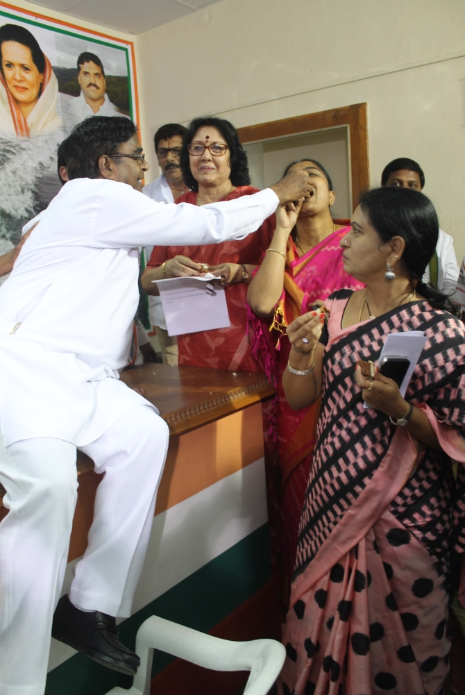 Ministers celebrate after Andhra assembly rejects Telangana Bill