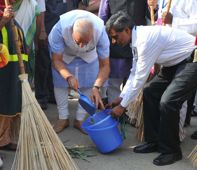 Clean India Mission beyond politics, says Modi - Rediff.com India News