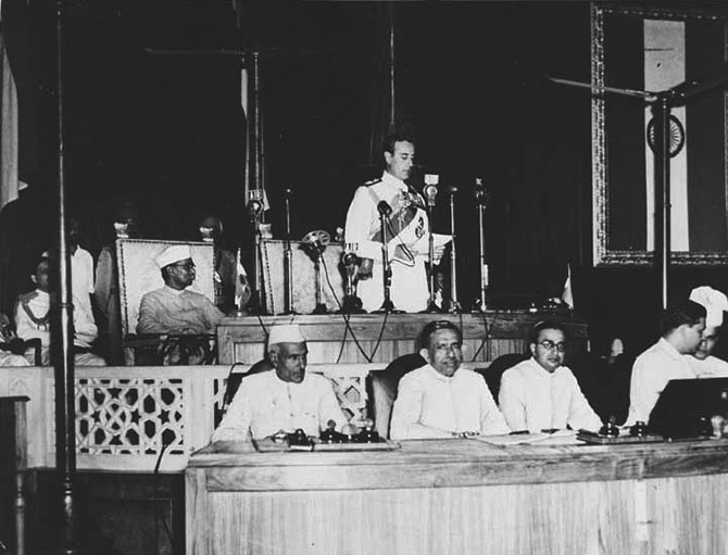 Mountbatten addressing the Independence Day session