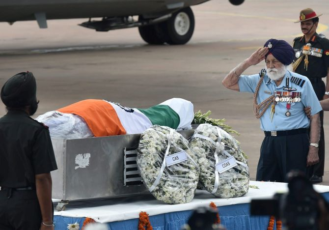 Marshal of the Air Force Arjan Singh salutes the mortal remains of former President APJ Abdul Kalam
