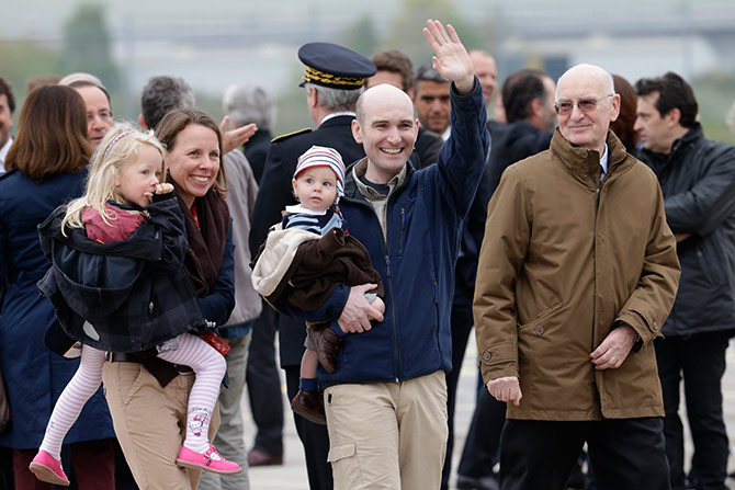 Nicolas Henin, who had been taken hostage by the ISIS, with his family moments after his arrival on French soil