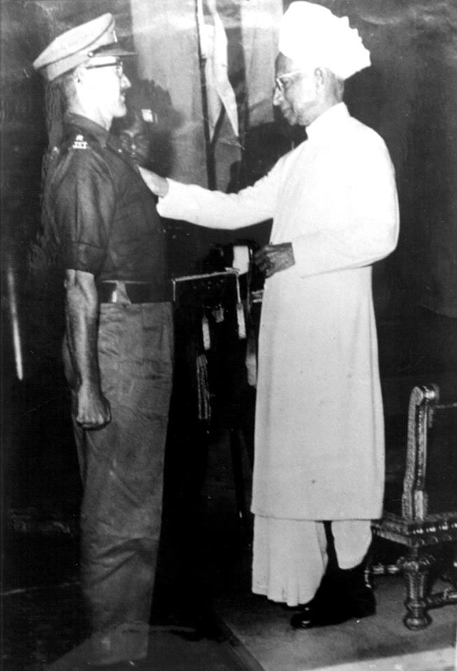 Lieutenant Colonel Hayde receives the Mahavir Chakra from President Dr S Radhakrishnan