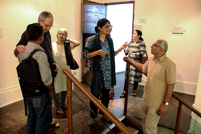 Sudhir Patwardhan, Shakuntala Kulkarni and Anju and Atul Dodiya catch up after the meet.