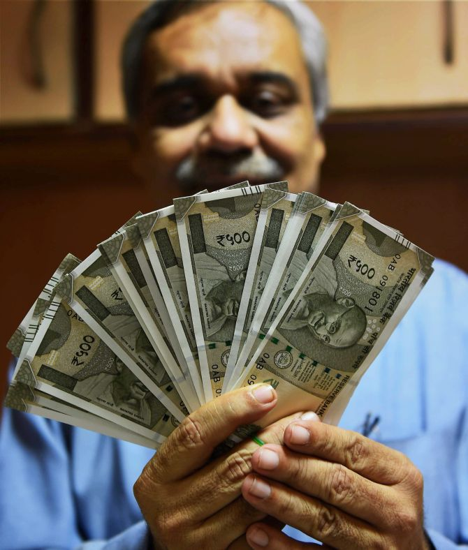 Several banks across the country also issued new Rs 500 notes, November 13, 2016 on Sunday. So far, banks had disbursed only Rs 2,000 and Rs 100 notes in exchange for the old Rs 500 and Rs 1,000 notes. Photograph: PTI Photo