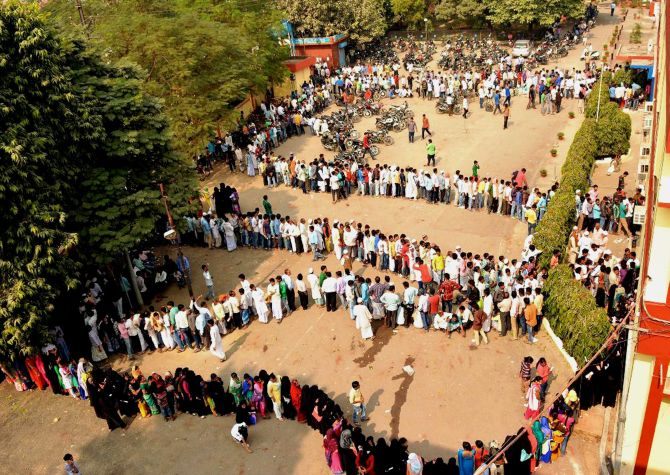 Day 4: India continues to stand in queue as banks work on Sunday