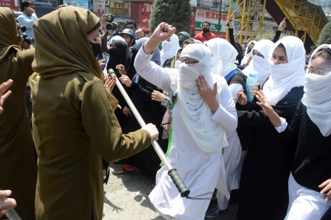 Police stops proesting female students in Srinagar