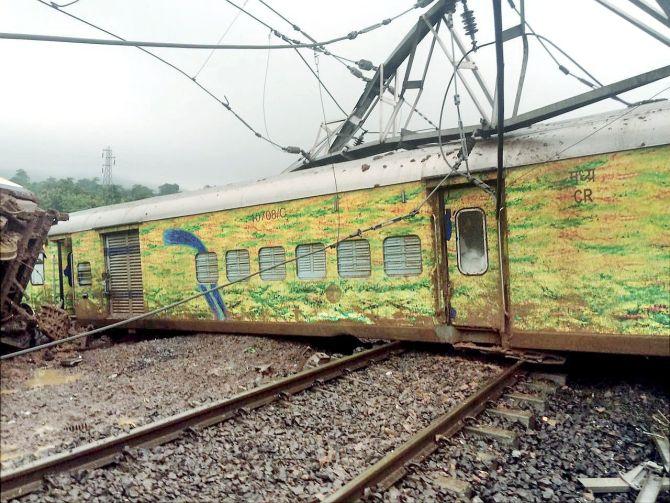 9 coaches, loco of Mumbai-Nagpur Duronto derail due to landslide