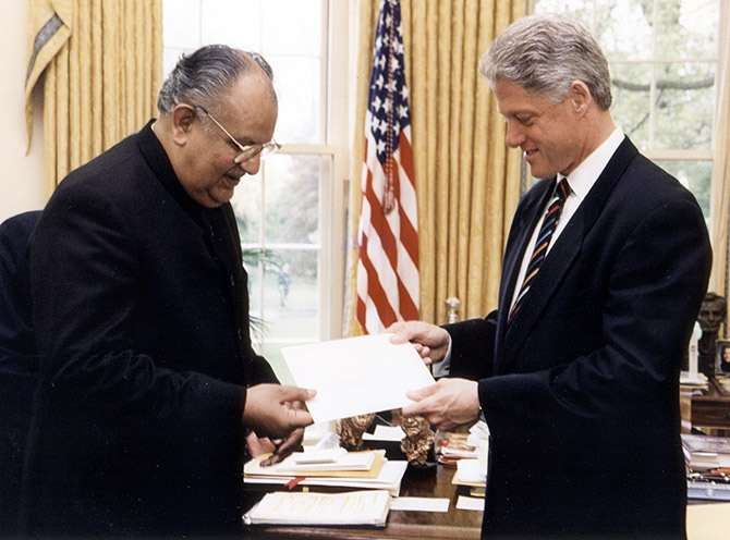 Naresh Chandra presents his credentials to US President Bill Clinton