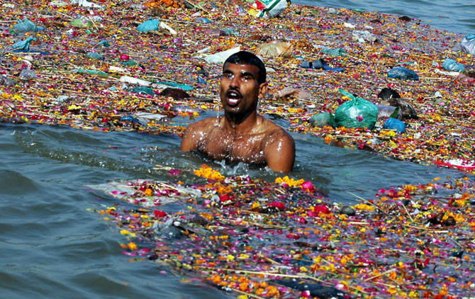 A man takes a dip in the Ganga, Allahabad, June 5, 2005. Photo: Jitendra Prakash/Reuters