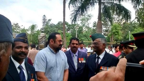 Colonel M B Ravindranath, Vir Chakra, right, with Rajeev Chandrasekhar, MP. Kind courtesy: Rajeev Chandrasekhar/Twitter