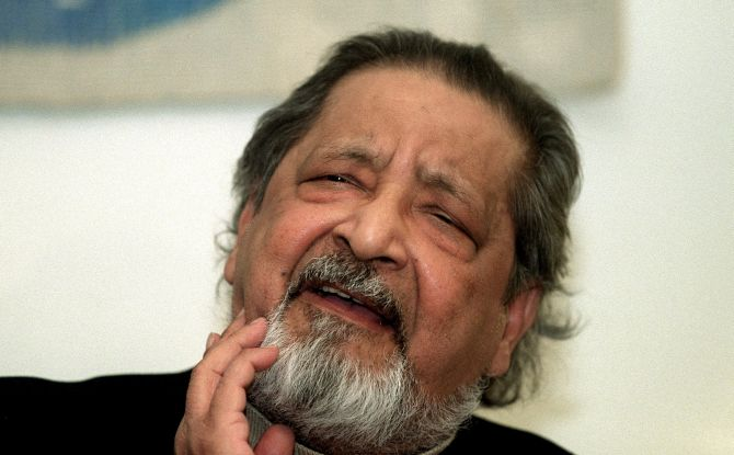 V S Naipaul addresses a press conference at Arlanda airport, Stockholm, December 6, 2001, a few days before the Nobel Prize awards ceremony. Photograph: Maja Suslin/TT News Agency/via Reuters
