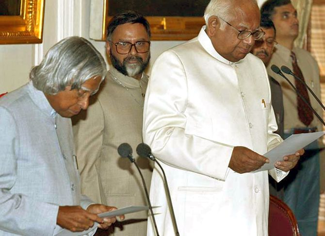 President Kalam administers oath for the pro-term speaker to Somnath Chatterjee