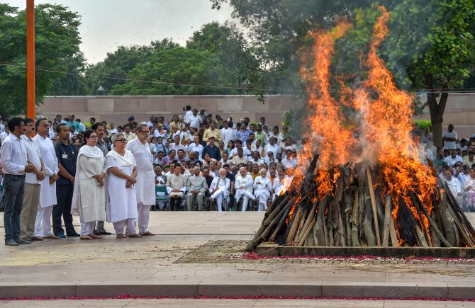 Vajpayee cremated with state honours, daughter lights funeral pyre ...