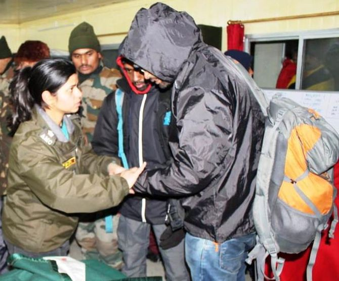 India News - Latest World & Political News - Current News Headlines in India - Army rescues over 2,500 stranded tourists in Sikkim