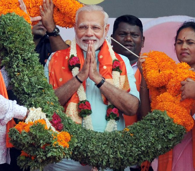 Modi warms up to Deve Gowda, attacks Rahul for 'insulting' ex-PM