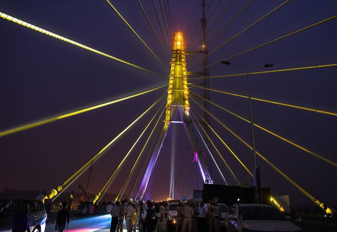 2 killed after bike rams into divider on Signature Bridge