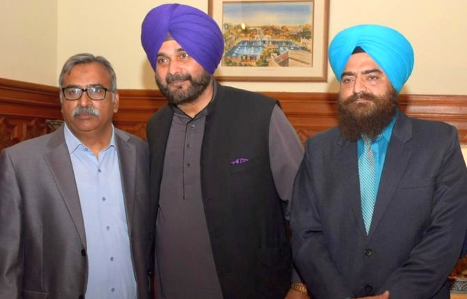 India News - Latest World & Political News - Current News Headlines in India - Thousands clicked photos, don't know who was Chawla: Sidhu