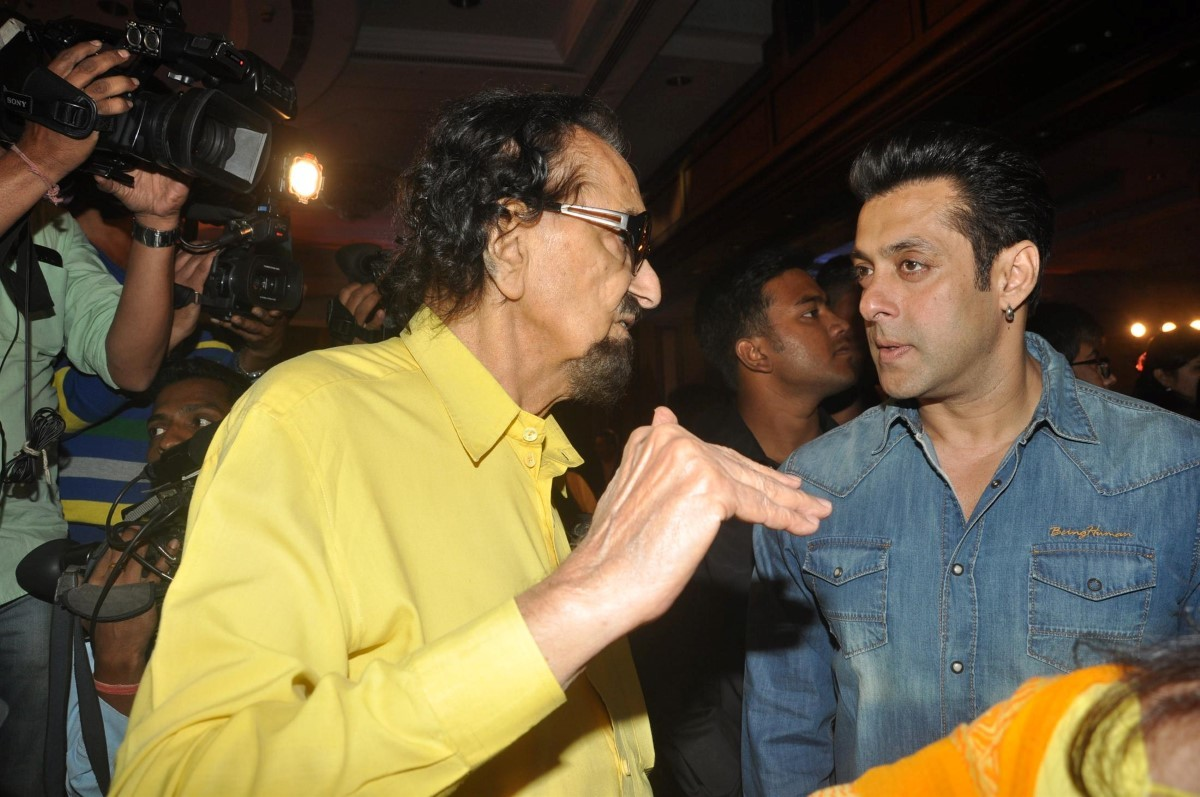 Alyque Padamsee makes a point to Salman Khan at the launch of A R Rahman and Kapil Sibal's album Raunaq