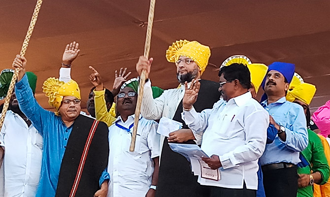 Bharip Bahujan Mahasangh leader Prakash Ambedkar and All India Majlis-e-Ittehadul Muslimeen President Asaduddin Owaisi, MP, at the public meeting in Aurangabad, October 2, 2018. Photograph: SnapsIndia
