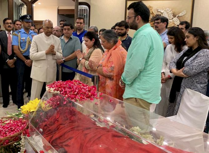 Prez, Advani, Sonia pay homage to Jaitley at his home