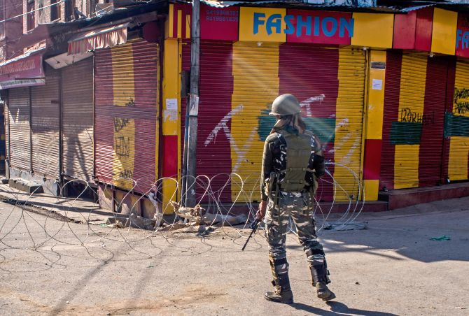 Fresh curbs imposed in Kashmir for Friday prayers