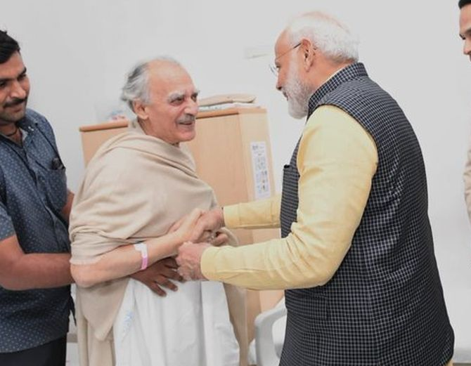 PM meets Arun Shourie at Pune hospital