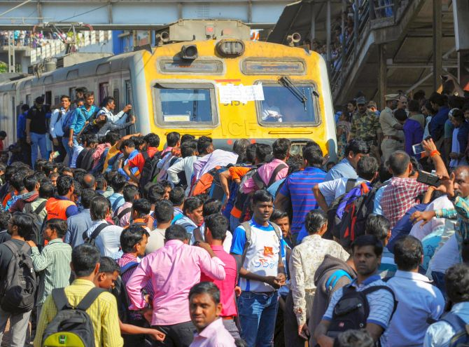 India News - Latest World & Political News - Current News Headlines in India - Protestors stage rail roko in Maharashtra's Nalasopara over Pulwama attack