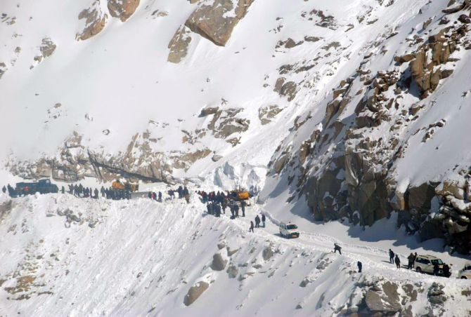 India News - Latest World & Political News - Current News Headlines in India - 10 feared dead in Khardung La avalanche