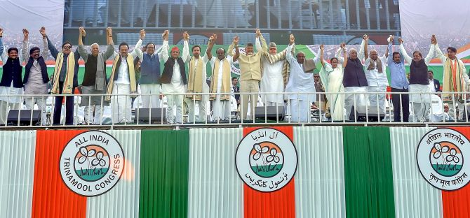 West Bengal Chief Minister Mamata Banerjee, Karnataka CM H D Kumaraswamy, AP CM Nara Chandrababu Naidu, Samajwadi Party President Akhilesh Yadav, Delhi CM Arvind Kejriwal, BSP General Secretary Satish Chandra Mishra, National Conference President Dr Farooq Abdullah and other Opposition leaders at the Trinamool Congress's mega rally in Kolkata, January 19, 2019. Photograph: PTI Photo