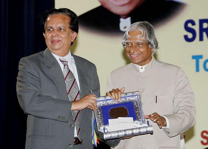 G Madhavan Nair, then ISRO chairman, receives the Sree Chitra Thirunal Trust award from then President A P J Abdul Kalam, September 21, 2006. Photograph: Kind courtesy http://abdulkalam.nic.in